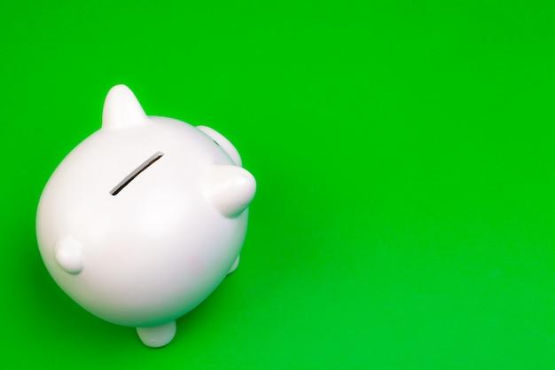 Spaarvarken op kleurenachtergrond Premium Foto