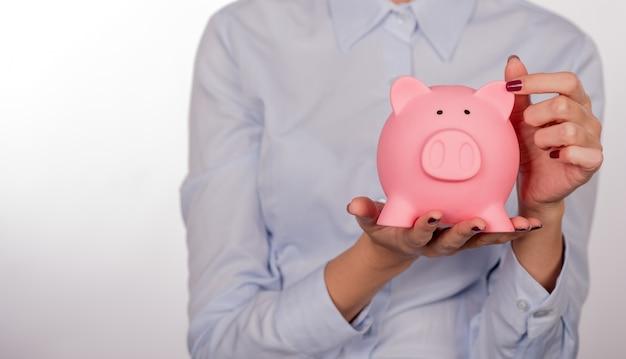 Spaarvarken spaarvrouw vrouw lachend gelukkig. vrouwelijke piggy verbod Gratis Foto