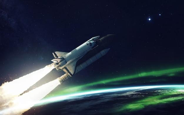 Spaceshuttle in een baan om de planeet aarde Premium Foto