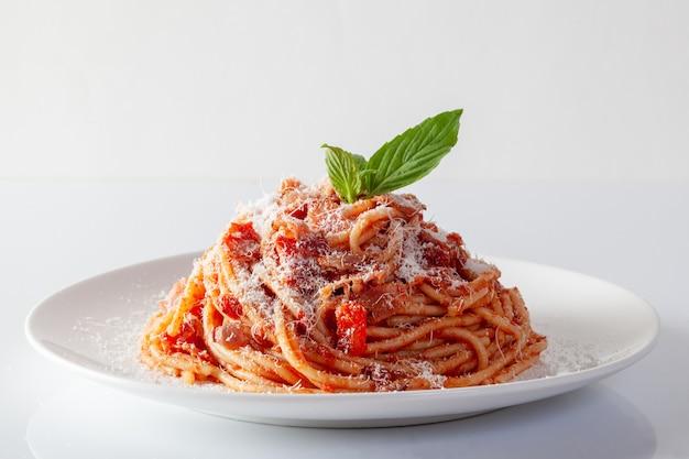 Spaghetti in een schotel op een witte achtergrond Premium Foto