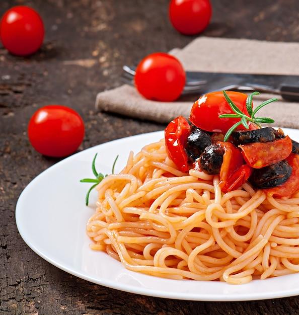 Spaghetti met tomaat en olijven Gratis Foto