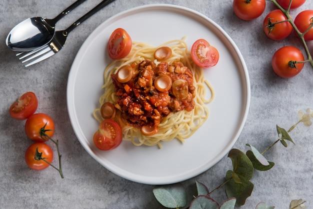 Spaghetti met tomatensaus en worst Gratis Foto