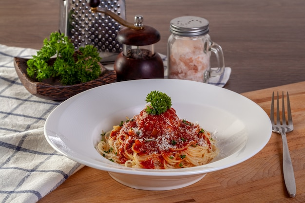 Spaghetti pasta met gehaktballetjes en tomatensaus. Premium Foto