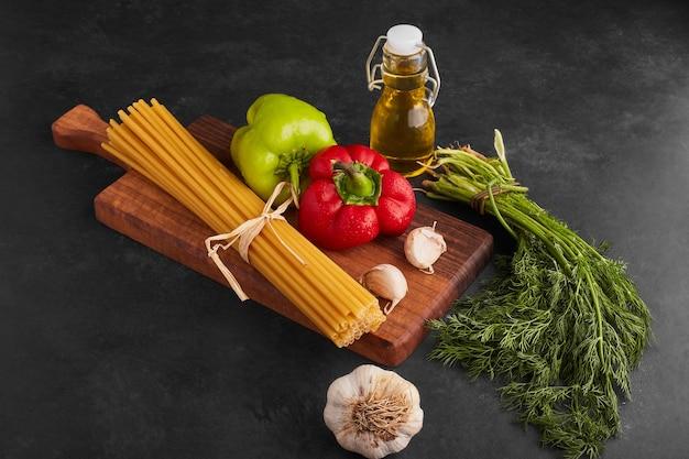 Spaghetties met groenten eromheen. Gratis Foto