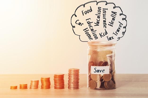 Sparen geld, muntstuk stapel met munt en bank in geldbox voor het besparen van geldplan voor budget Premium Foto