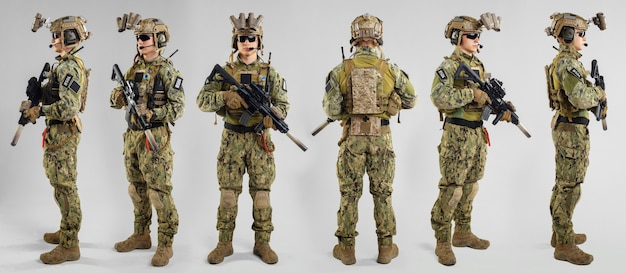 Special forces soldaat met geweer op witte ondergrond. Premium Foto