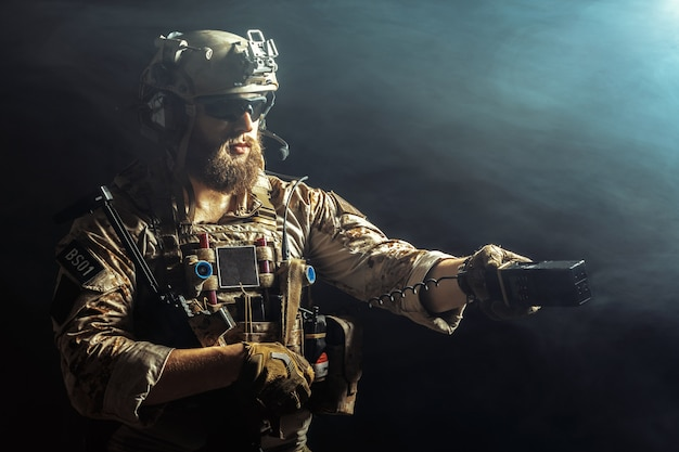 Special forces soldaat met geweer Premium Foto