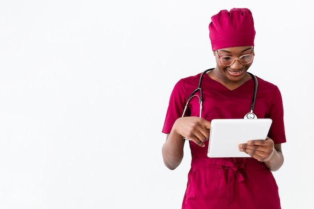 Specialist vrouwelijke arts met behulp van een digitale tablet Gratis Foto