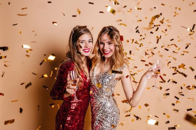 Spectaculaire vrouw in trendy haartoebehoren genieten van nieuwe jaarviering Gratis Foto