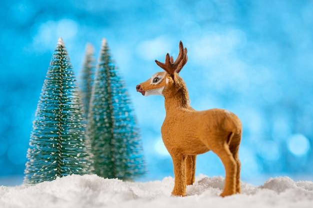 Speelgoed herten decoratie met kerstbomen en sneeuw Premium Foto