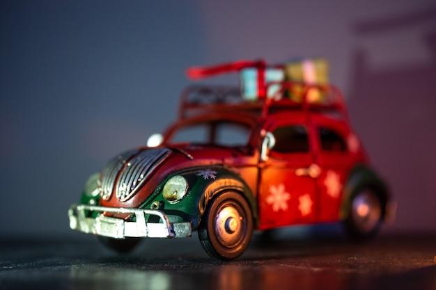 Speelgoed ijzeren automodel met geschenken op het dak. interieur detail. Premium Foto