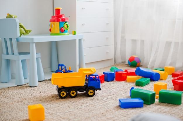 Speelgoed op de vloer in de kinderkamer Premium Foto