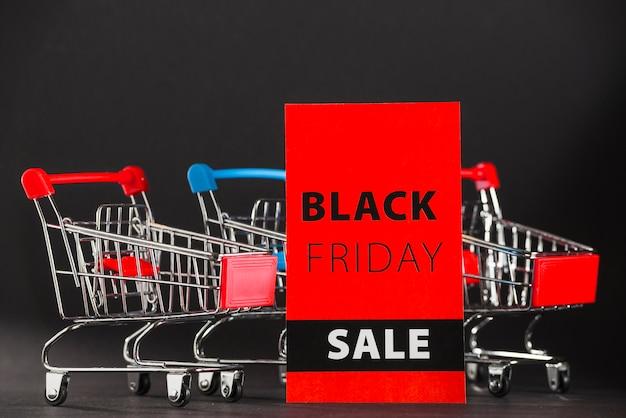 Speelgoed supermarkt karren met verkoop teken Gratis Foto