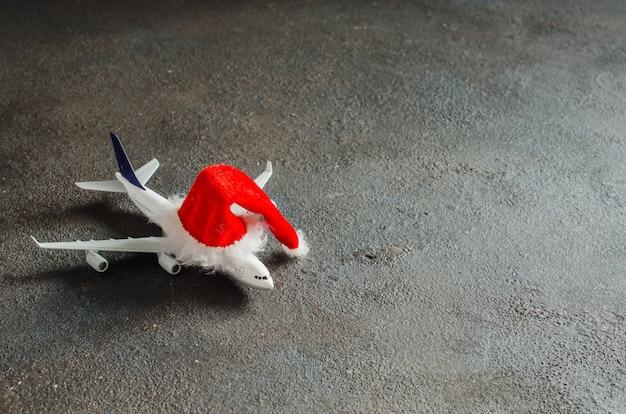 Speelgoed vliegtuig met kerstman hoed. Premium Foto