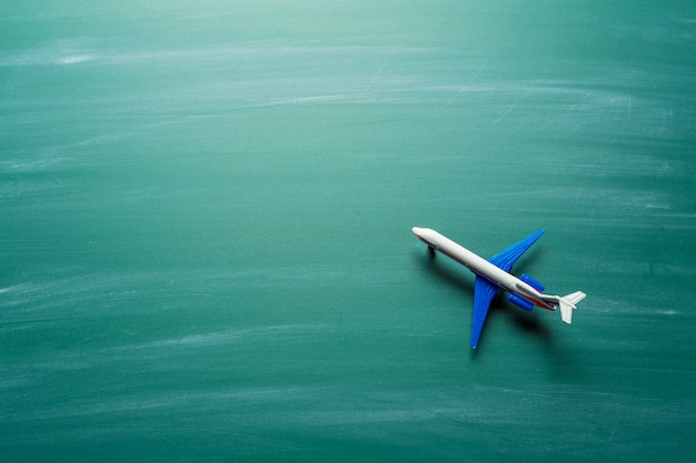 Speelgoed vliegtuig over schoolbord achtergrond Premium Foto