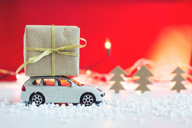Speelgoedauto draagt op het dak cadeau voor kerstmis Premium Foto