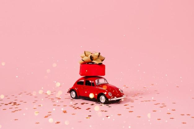 Speelgoedauto met cadeau- en kerstversiering. Premium Foto
