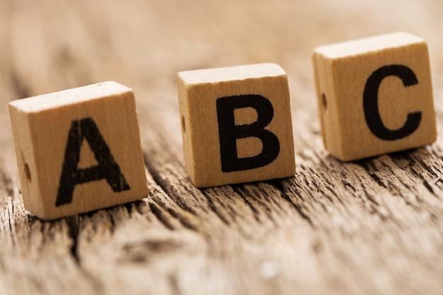 Speelgoedbakstenen op tafel met abc-letters Gratis Foto
