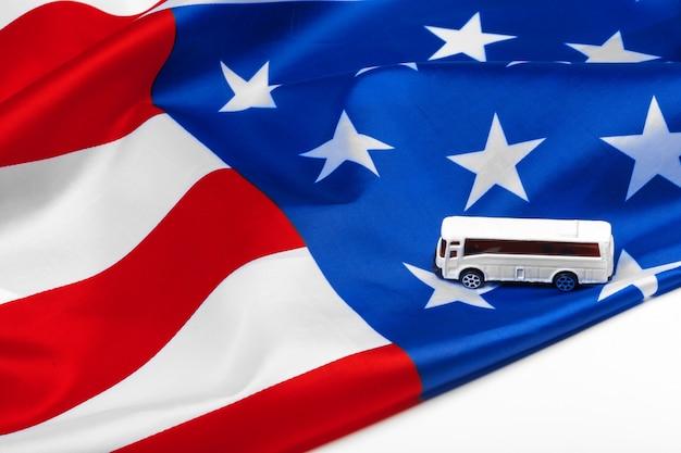 Speelgoedbus en amerikaanse vlag Premium Foto