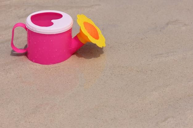 Speelgoedgieter op het zand van de zeekust. Premium Foto