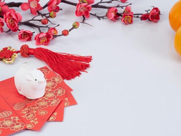 Speelgoedmuis met papieren, bloemen en sinaasappels Premium Foto