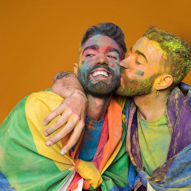 Speels homopaar in regenboogkleuren Gratis Foto