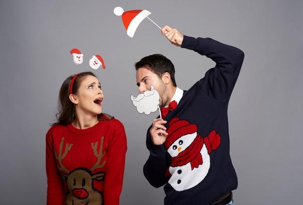 Speels paar dat de tijd van kerstmis viert Gratis Foto