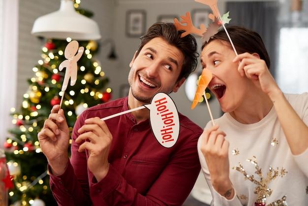 Speels paar in kerstmismaskers Gratis Foto