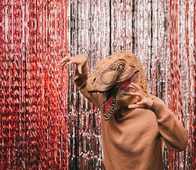 Speelse dinosaurus op carnaval feest Gratis Foto