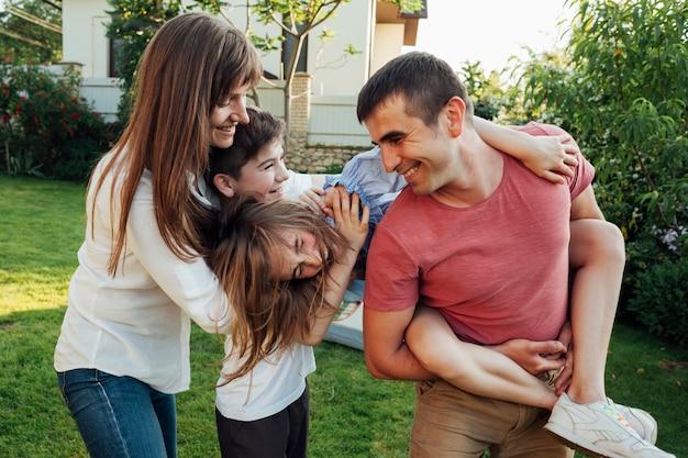 Speelse familie plezier samen in het park Gratis Foto