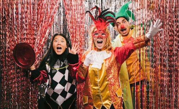 Speelse vrienden met kostuums op feestje Gratis Foto