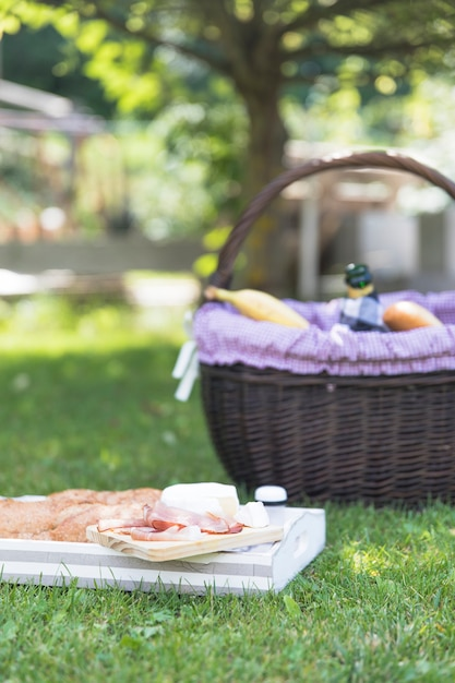 Spek; kaas en brood op dienblad over gras Gratis Foto