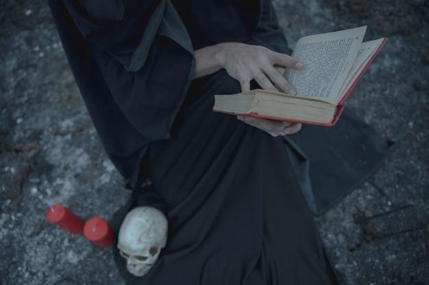 Spelboek met hekserijdecoratie Gratis Foto