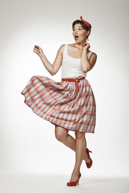 Speld stijlportretten op stevige achtergrond vast. het grappige meisje stellen in retro fotostijl Premium Foto