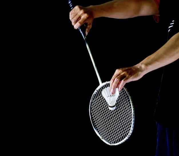 Speler die het badminton vasthoudt Premium Foto