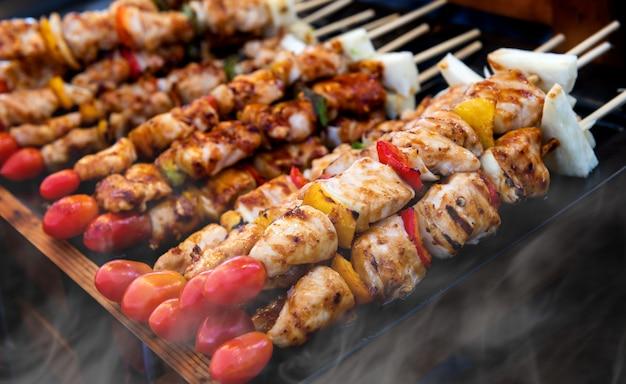 Spies gegrild barbecue schikken. Premium Foto