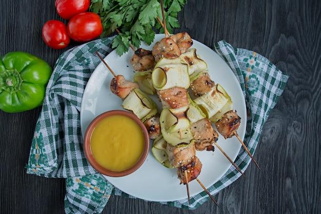 Spiesjes met groenten, saus en kruiden Premium Foto