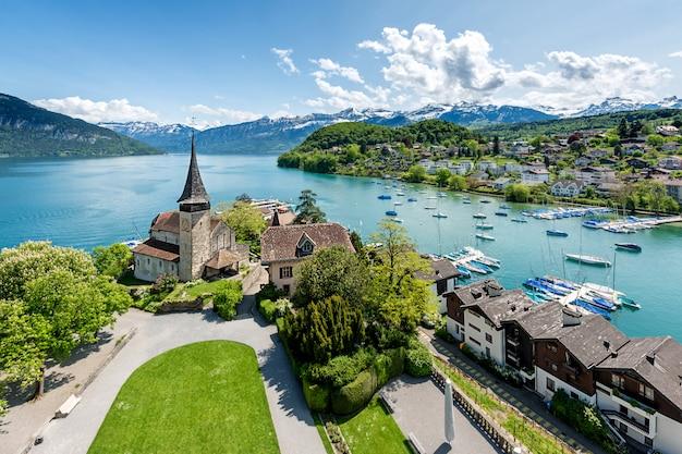 Spiez-kasteel met cruiseschip op meer thun in bern, zwitserland. Premium Foto