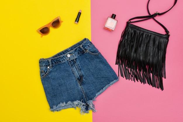 Spijkerbroek, zwarte handtas, zonnebril Premium Foto