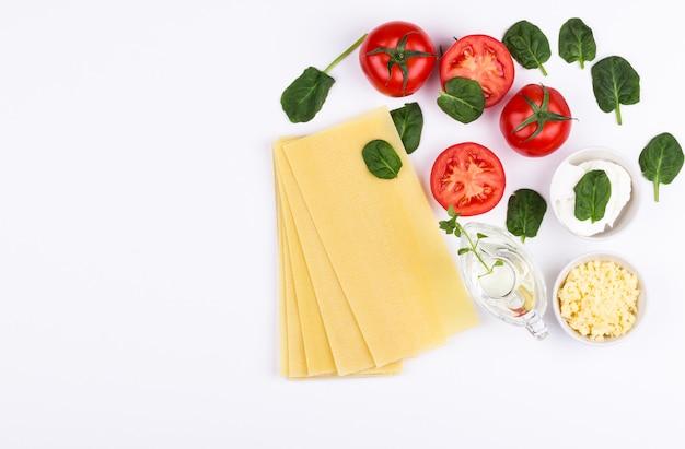 Spinazie lasagne ingrediënten plat lag Premium Foto