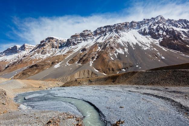 Spiti rivier in spiti valley in de himalaya Premium Foto