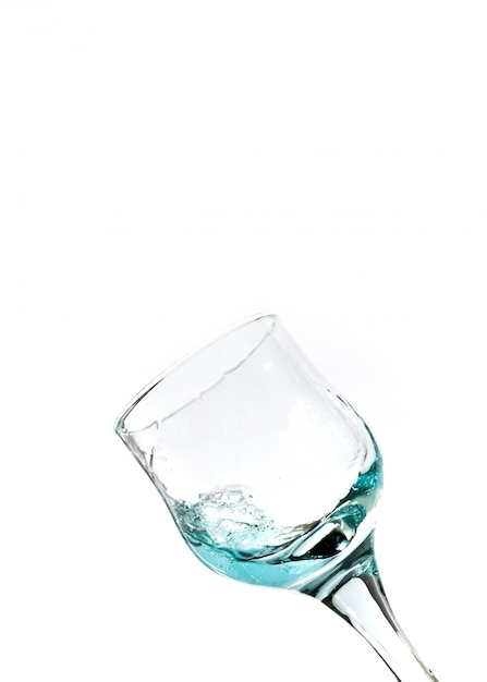 Splash van blauw water in het glas Premium Foto