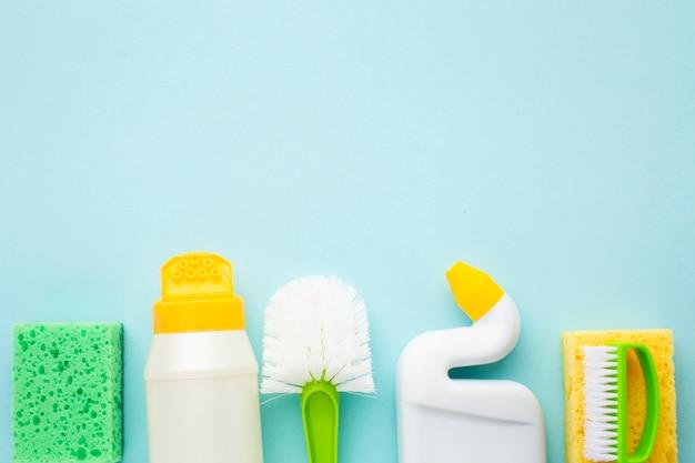 Spons en schoonmakend product dicht omhoog Gratis Foto
