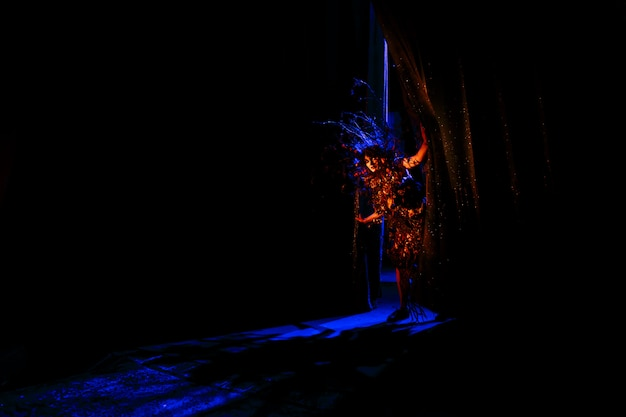 Spookachtige vrouw, geest van het theater. een acteur die achter de schermen kijkt Premium Foto