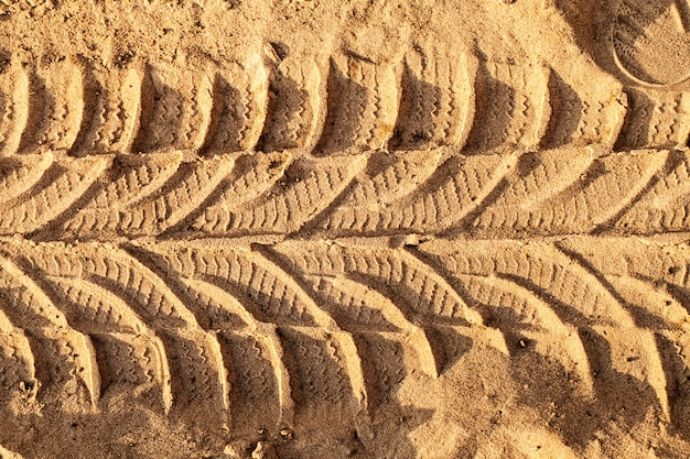 Spoor van wielen op een zandweg Gratis Foto