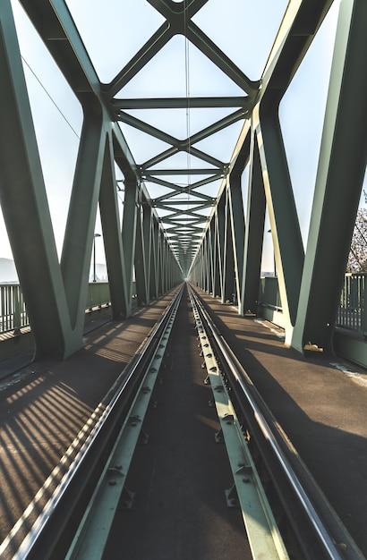 Spoorbrug geschoten vanaf de rails Gratis Foto