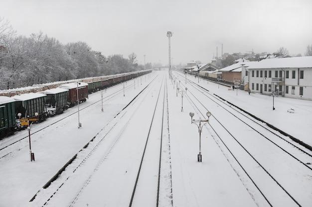 Spoorlijn tijdens zware sneeuwval. Premium Foto
