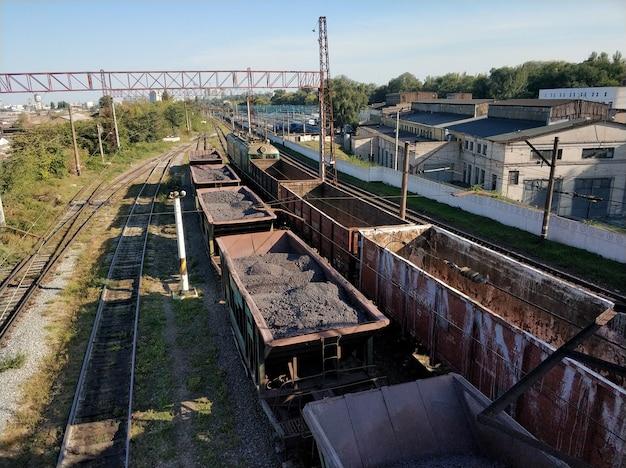 Spoorweg. goederenwagons met verschillende ladingen. zware industrie concept Premium Foto
