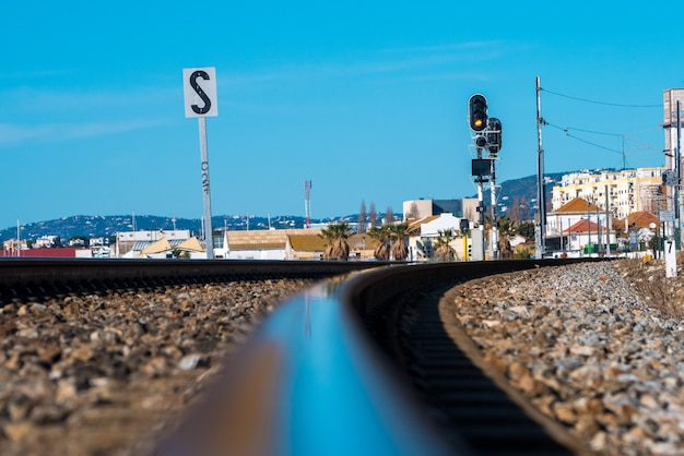 Spoorweg van faro naast de zee Premium Foto