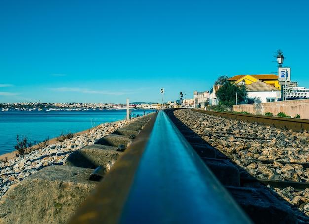 Spoorweg van faro naast de zee. Premium Foto